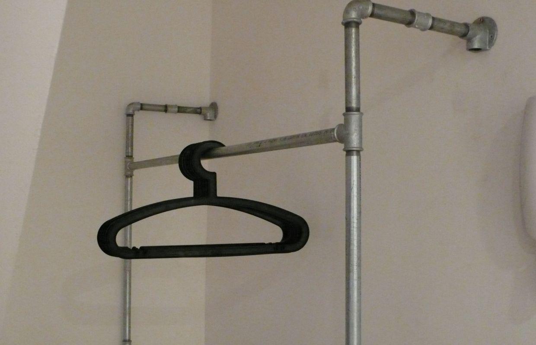 Diy un vestiaire en tuyaux de plomberie for Fixer une tablette au mur