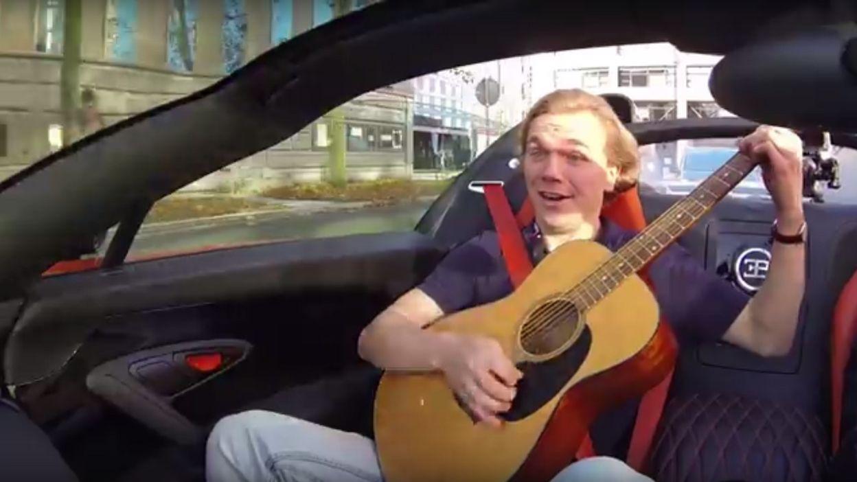 il joue de la guitare dans une voiture pleine vitesse. Black Bedroom Furniture Sets. Home Design Ideas