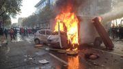 Une voiture en feu à la fin du cortège