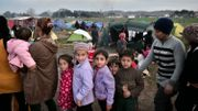 Des enfants font la file lors d'une distribution de soupe