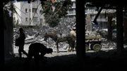 L'évacuation des gravats se poursuit, deux ans après les bombardements israéliens. Israël accuse un travailleur d'en avoir détourné une partie au profit du Hamas.