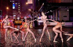 Il photographie des danseurs nus dans la ville la nuit