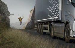Du parapente accroché à un camion dans une vidéo à suspense