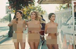 Blink-182 revisite le clip où ils étaient tout nus avec des filles