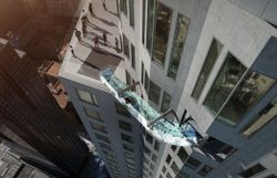 Vidéo: descente d'un toboggan de verre à 305 mètres de hauteur