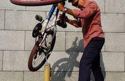 Lave-linge, vélo, laptop, bouteilles... il fait tout tenir en équilibre sur la pointe