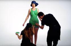 100 ans de maillots de bain féminins en 3 minutes et en body painting