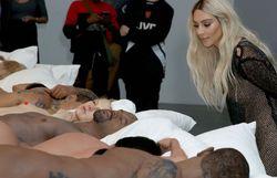Une scène jamais vue pour Kanye West et exposition des corps nus de Taylor Swift, Rihanna, Donald Trump...