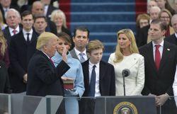 En prêtant serment sur la Bible, Donald Trump est devenu le 45ème président des Etats-Unis