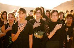Certaines portent le voile, d'autres une croix, mais toutes partagent le même deuil !