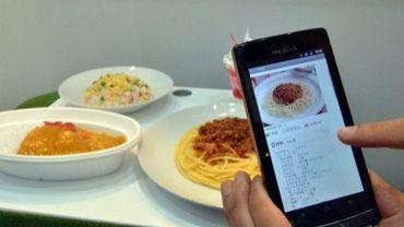 Démonstration d'une application pour smartphone, le 2 octobre 2012 au salon de l'électronique Ceatec de Tokyo