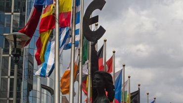 Drapeaux européens et symbole de l'euro