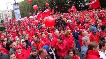 """""""Marée rouge"""" à Bruxelles pour défendre la justice sociale"""