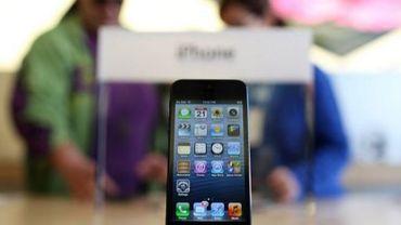 Un iPhone 5 présenté dans un Apple Store à San Francisco le 21 septembre 2012