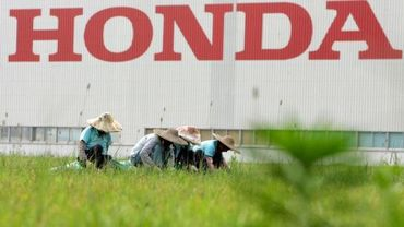 Les jardiniers entretiennent les plantations près de l'usine Honda dans la province de Guangdong
