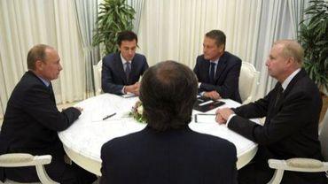 Le président russe Vladimir Putin (g) en discussion avec les responsables de BP et de Rosnef, le 18 septembre 2012