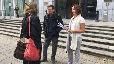 Les parents de Peter et leur avocat, ce lundi, à la sortie de l'audience du tribunal de première instance.