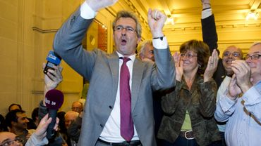 Le bourgmestre de Schaerbeek, Bernard Clerfayt, fête sa victoire aux côtés d'Isabelle Durant (Ecolo) et de Denis Grinderghs (cdH)