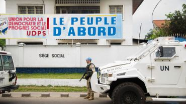 Un membre de la MONUSCO, la mission des Nations Unies en République Démocratique du Congo, monte la garde devant les locaux du parti d'opposition UDPS.
