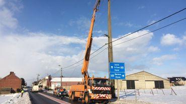 Le personnel de la société RESA en pleine réparation, à la route de Namur à Hannut