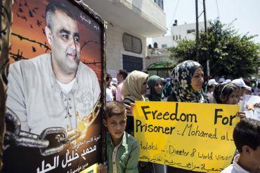Des Palestiniens manifestent pour la libérations de Mohamed Halabi, directeur de World Vision à Gaza.
