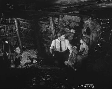 Kirk Douglas dans la mine avec le petit Jean-Pierre Bertiaux