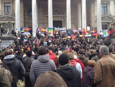 Encore de nombreuses personnes rendaient hommage aux victimes des attentats ce dimanche.