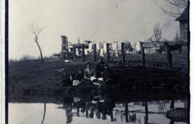 «Sur les bords de l'Yser»  Photographie prise par un combattant en avril 1915. La guerre interminable n'est tolérable qu'en raison de liens d'amitié et de camaraderie qui se nouent entre les hommes. Ceux-ci essaient fréquemment de retrouver d'autres combattants originaires de leur région, ville ou village. Les journaux de tranchées servent à communiquer des nouvelles du «pays», au sens restreint du terme : pays de Charleroi, pays de Waes, etc.  - Collection privée, Nicolas Mignon. ©