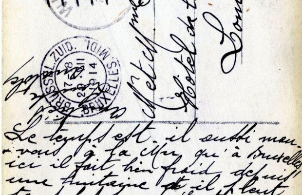 """«Une pensée de Bruxelles». Carte postale expédiée par """"Louise et Anatole"""" depuis Bruxelles à Lombardsijde (Middelkerke) le 29 août 1914, le jour où se prennent les premières mesures de mobilisation partielle de l'armée belge (rappel des soldats des classes 1910, 1911 et 1912). On voit que même à Bruxelles, où les nouvelles circulent davantage, l'inquiétude n'a pas encore le dernier mot. Editeur inconnu.   - Collection privée, Nicolas Mignon. ©"""