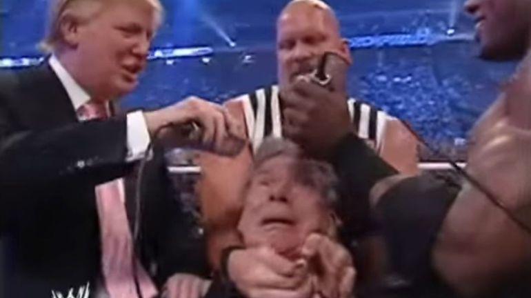 Donald Trump rase les cheveux du milliardaire Vince McMahon en direct, depuis un ring de catch