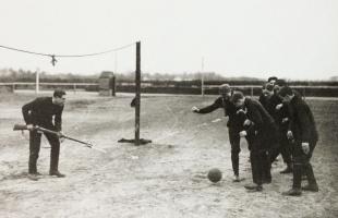 Une partie de foot dans la Grande Guerre, attention le gardien est armé!