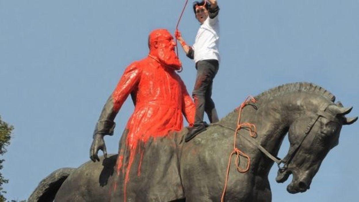 Une statue de Léopold II peinte en rouge à Bruxelles