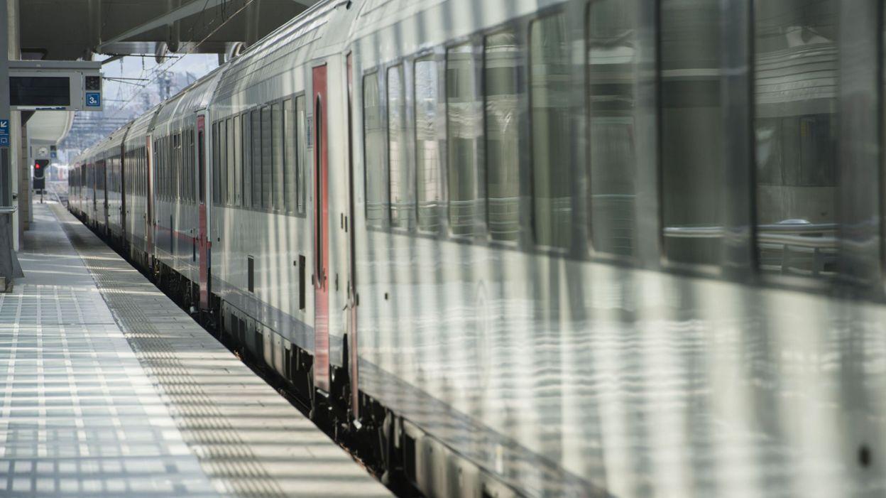 Un train transportant 50 passagers remorqué vers la gare de Liège