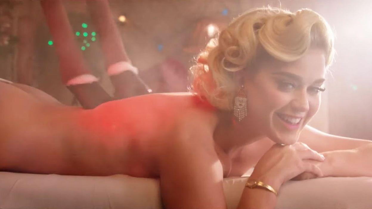 """Katy Perry prend du bon temps avec le Père Noël dans le clip de """"Cozy Little Christmas"""""""