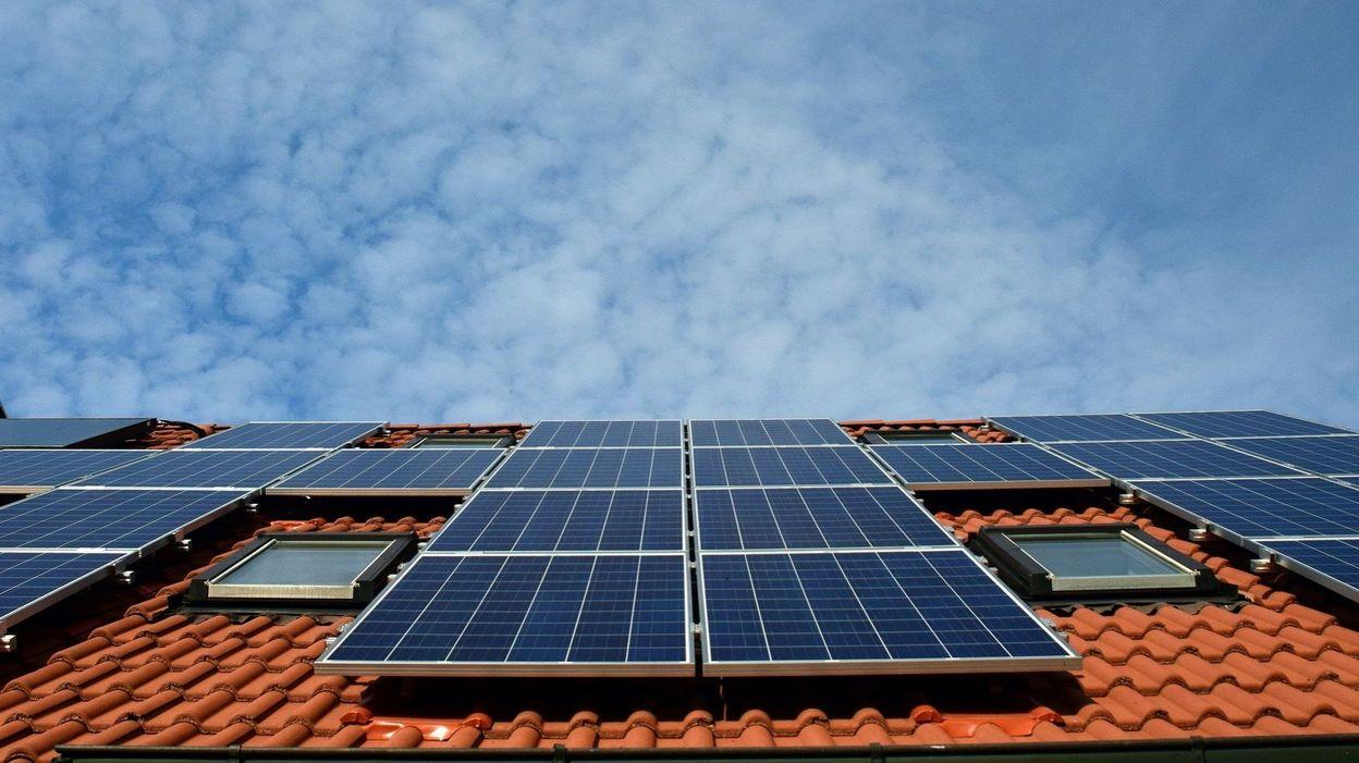 Toujours plus de Belges installent des panneaux photovoltaïques : est-ce encore rentable ? - RTBF