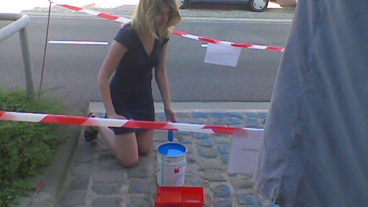 Une candidate Open VLD repeint une place de parking