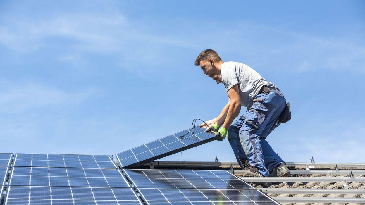 Exemption de TVA pour les particuliers qui revendent des surplus d'énergie solaire - RTBF