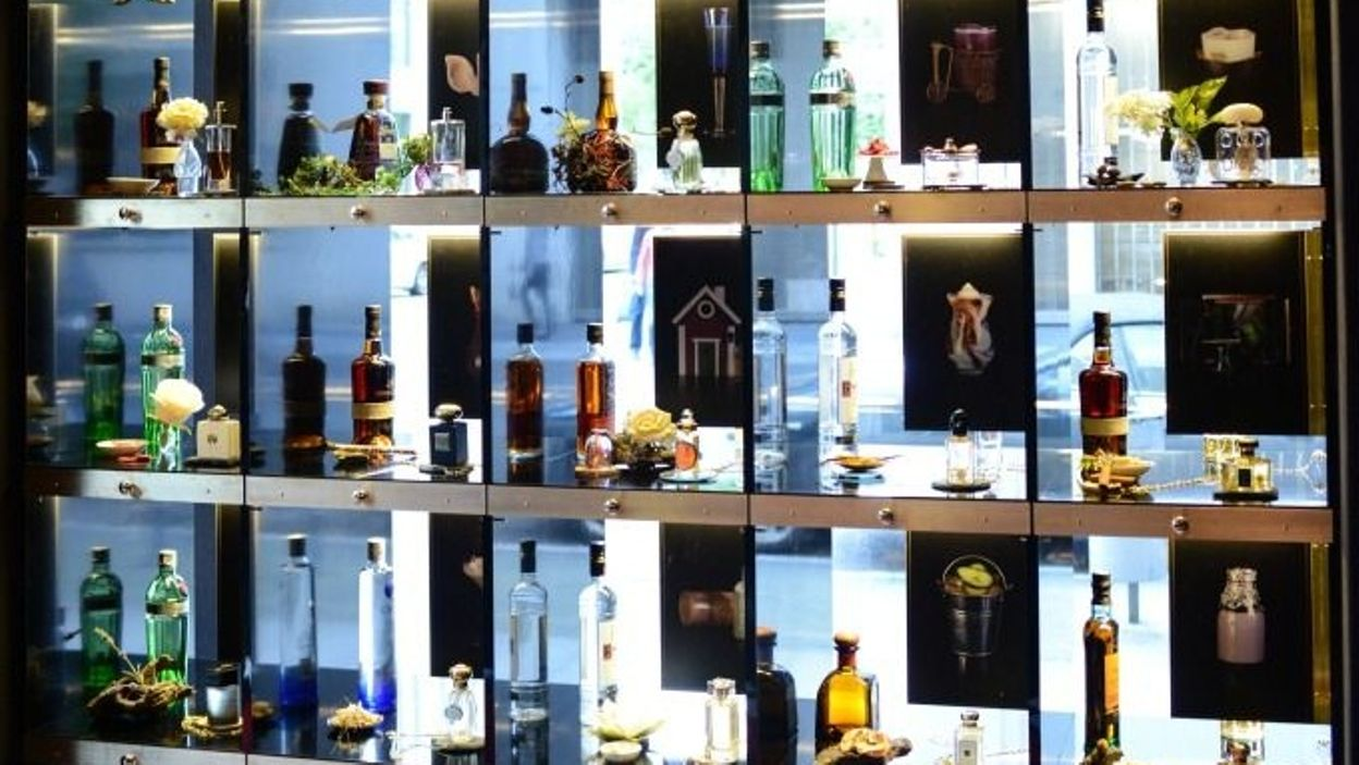 un bar cocktails inspir de la parfumerie de luxe berlin. Black Bedroom Furniture Sets. Home Design Ideas