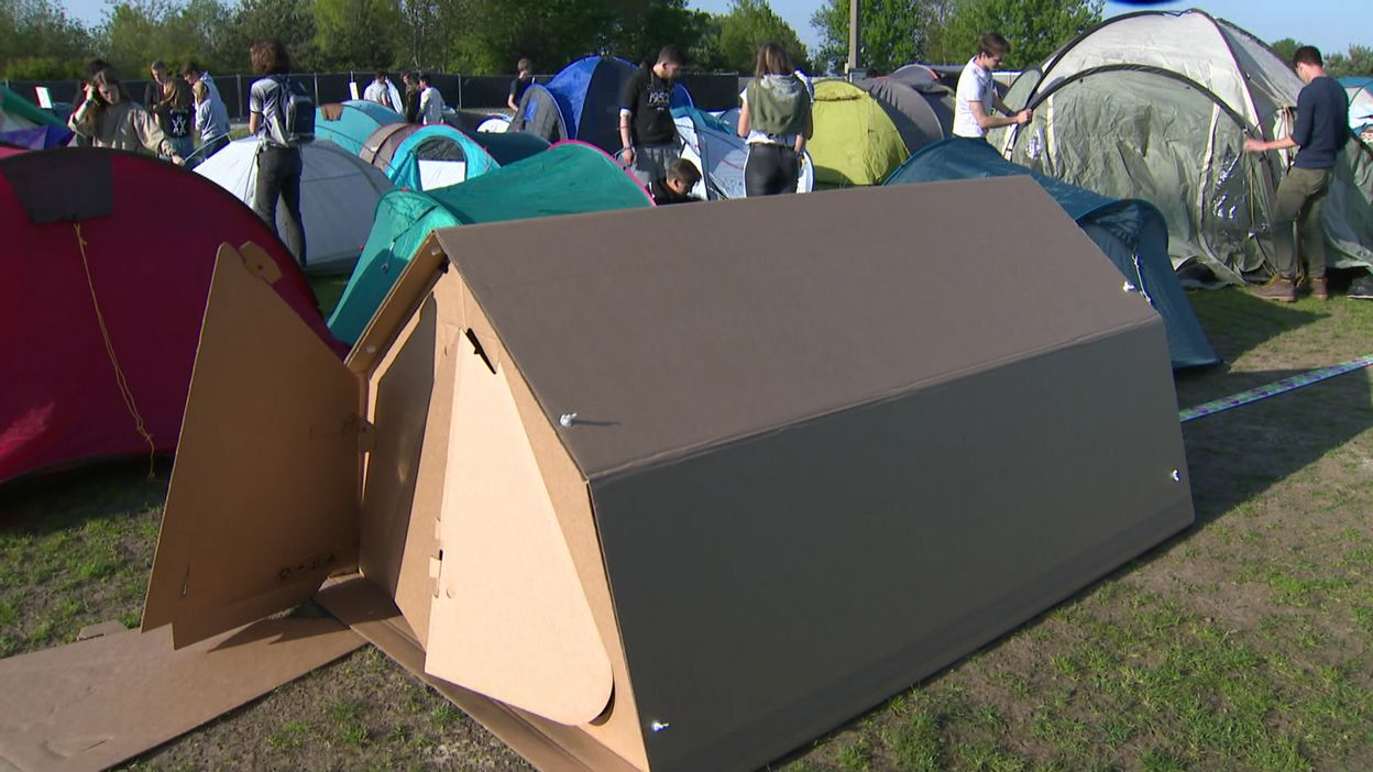 une tente pas comme les autres ou quand le camping fait un carton. Black Bedroom Furniture Sets. Home Design Ideas