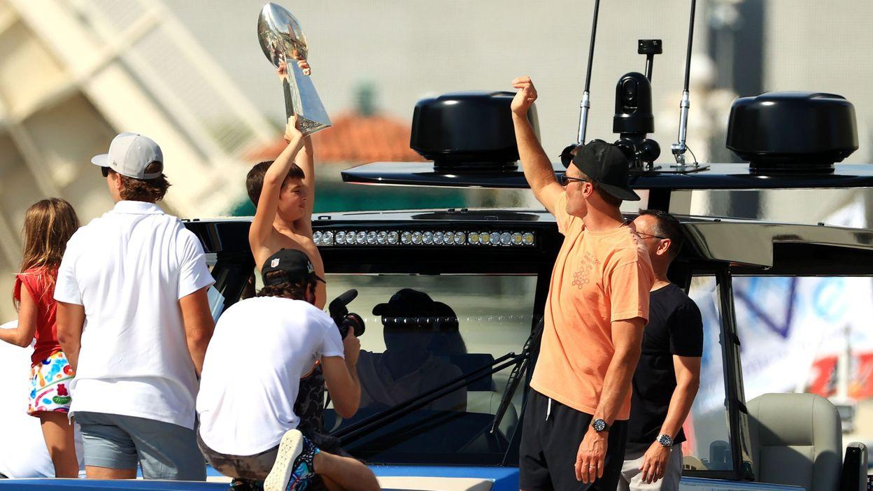 Sport Super Bowl : Tom Brady imbibé, lance le trophée de son bateau pendant la parade maritime - RTBF