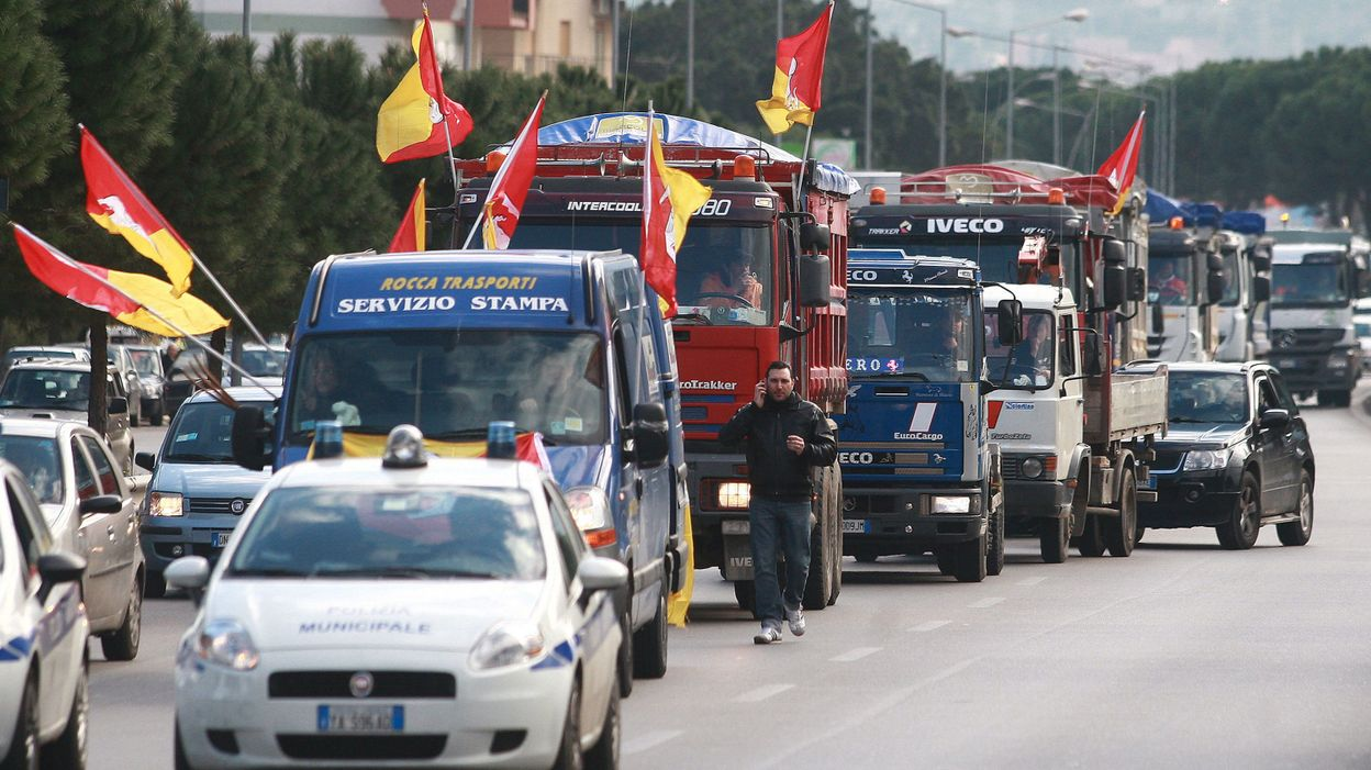 italie les camionneurs en gr ve contre les prix record du carburant. Black Bedroom Furniture Sets. Home Design Ideas