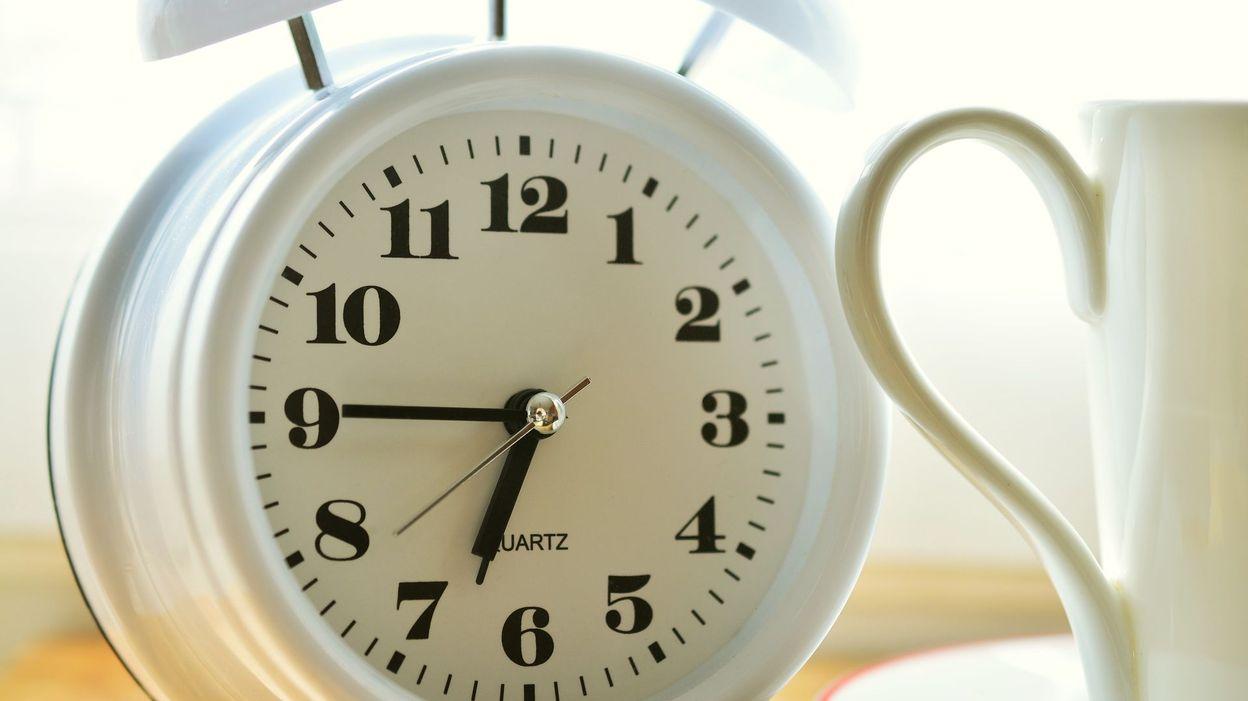 19d69c4288 L'horloge de votre micro-ondes retarde? C'est normal, voici pourquoi...