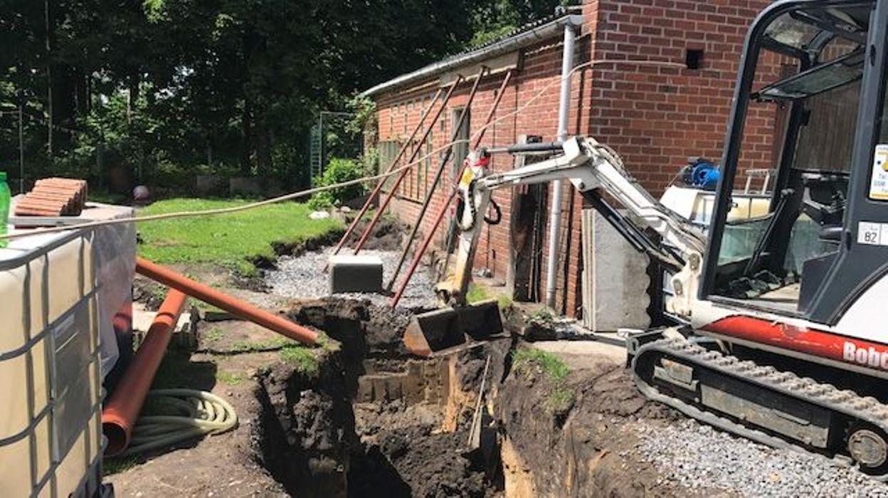 Casteau la cuve mazout fuit dans le jardin d j 25 000 for Cuve fioul dans garage