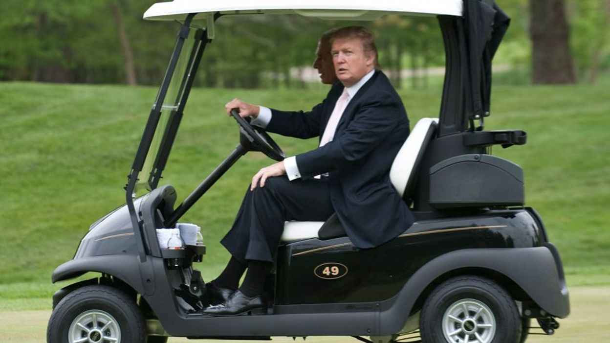donald trump a fait d brider sa voiturette de golf pour pouvoir d passer les autres joueurs. Black Bedroom Furniture Sets. Home Design Ideas