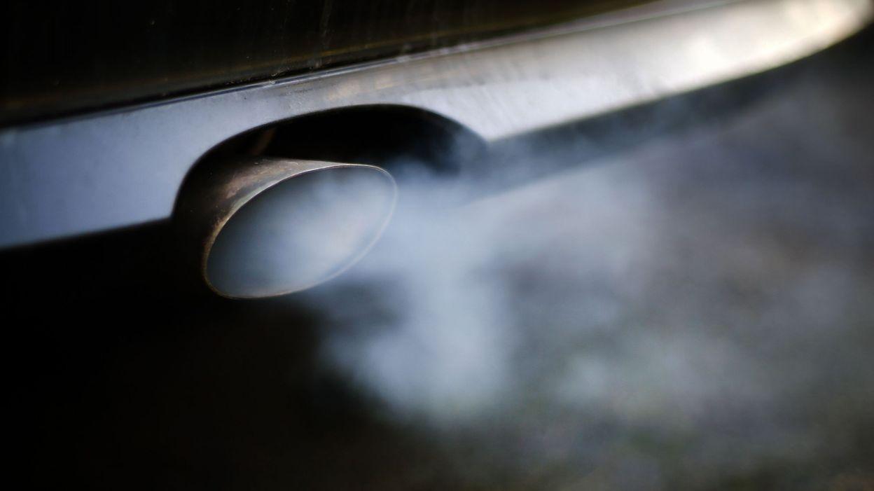 Bruxelles veut interdire de fumer en voiture en présence de mineurs