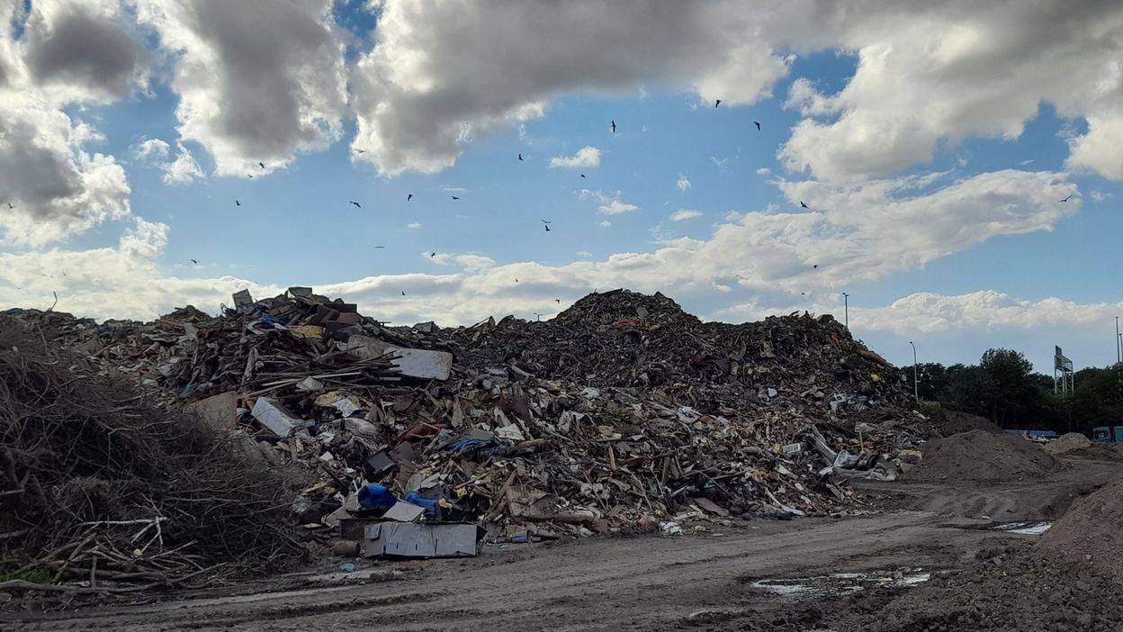 """""""On ne sait plus rien ouvrir, on ne sait plus sortir"""": à Wandre, les riverains subissent les nuisances de la décharge de déchets des inondations"""