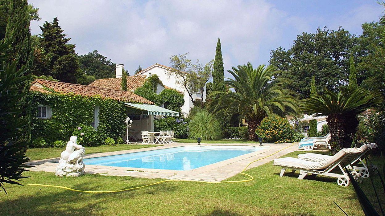 Faire Construire Une Piscine Intérieure construire une piscine dans son jardin: faut-il un permis ?