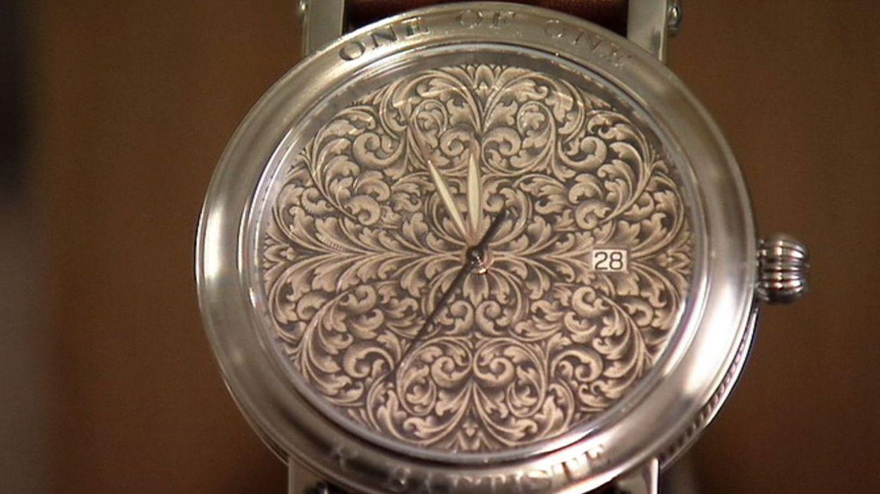 Une montre gravée artisanalement