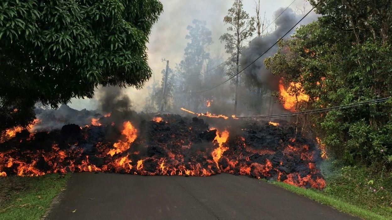 Explosions volcaniques et nuage de cendres, Hawaï en alerte rouge