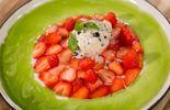Fraises et son coulis de basilic, glace aux olives
